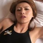 競泳水着の茶髪熟女の着衣コスプレ性交